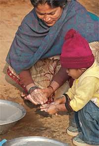 Femme et enfant se lavant les mains