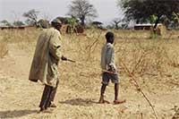 Père et son fils marchant