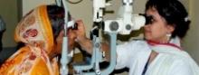 Femme pratiquant un examen oculaire