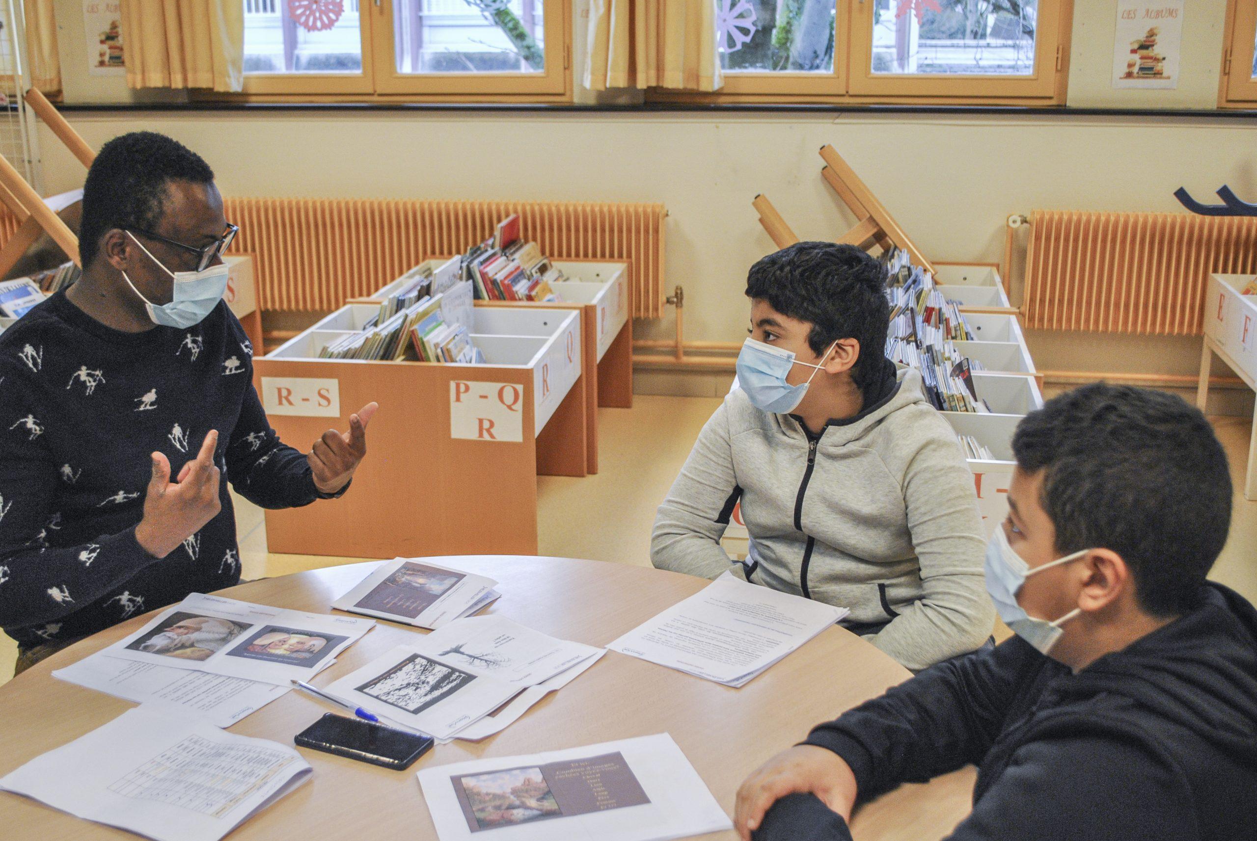 Un membre de l'équipe PlanVue sensibilise des élèves à l'importance de la vue