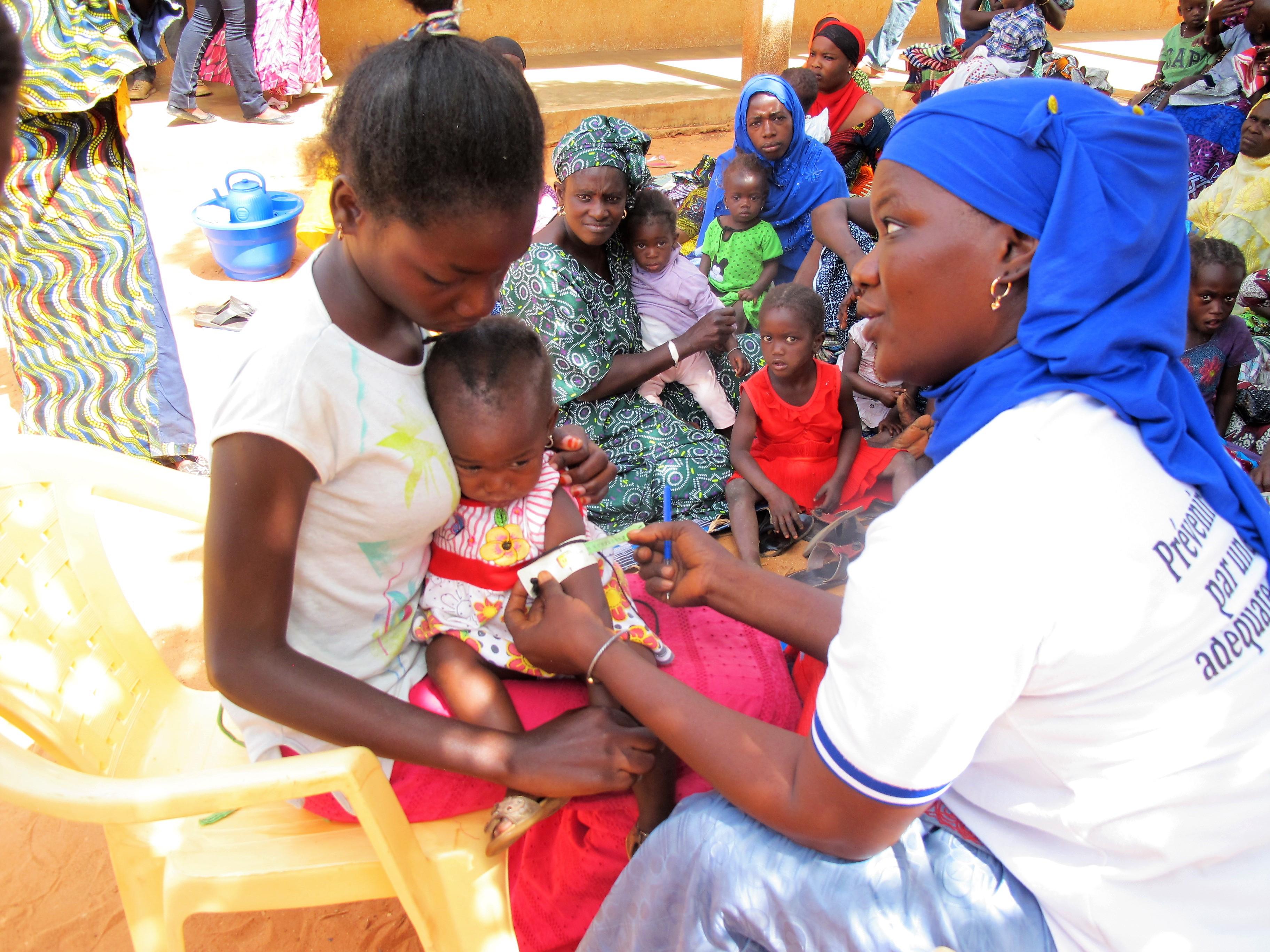 bracelet personnel hki souriante et groupe d'enfants